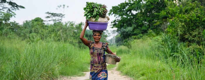 SUB: A woman carries vegetables in Yangole, DRC. Photo by A. Fassio/CIFOR